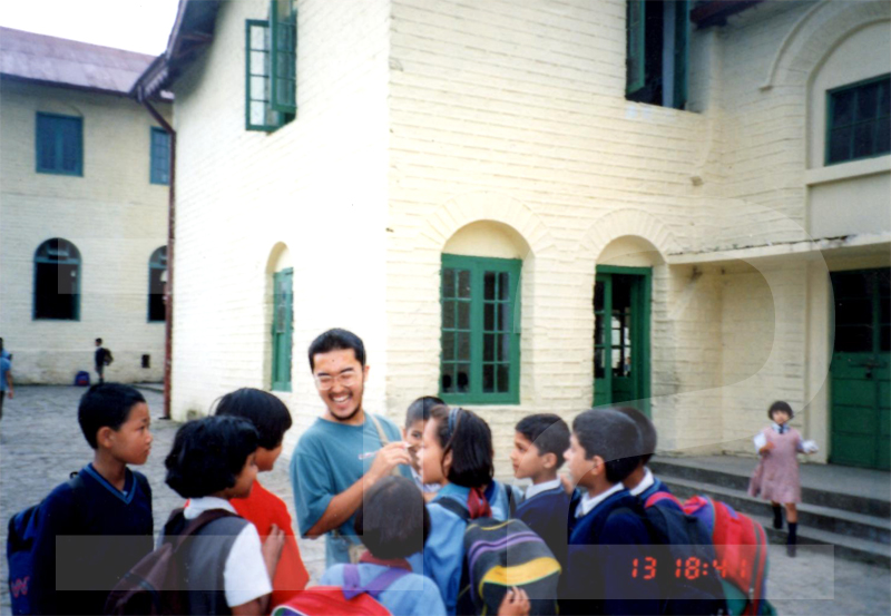 大学時代(20歳)、インド北部のカリンポンにある寄宿学校を訪問