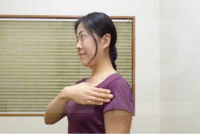 肩へのニコニコタッチ(セルフ)
