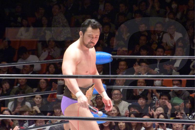 ベルトを巻く鈴木先生。