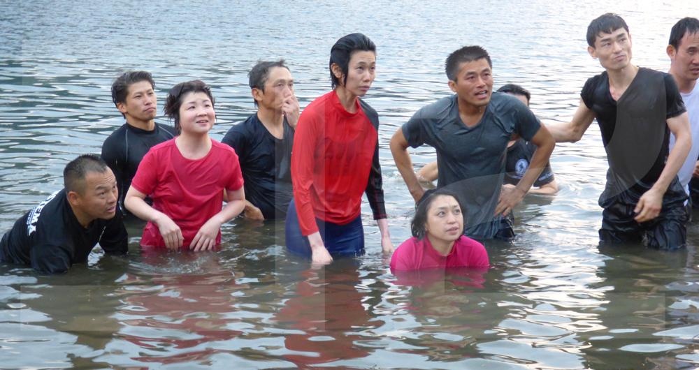 身震いするような秋の西湖に全身でつかり、溺れた人の救助法などを学ぶ場面も。寒いのになぜだかみんなうれしそう
